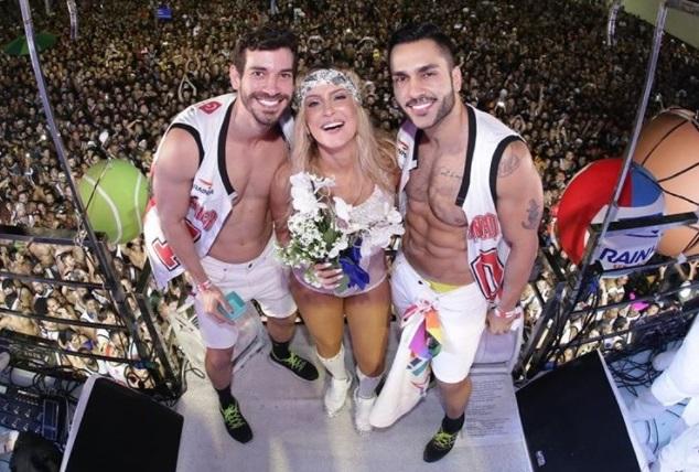 Resultado de imagem para gays em trio elétrico de claudia leitte